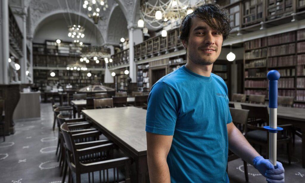 mand der gør rent på offentligt bibliotek